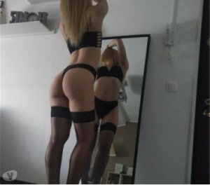 Amelia massage hook up in Castleford